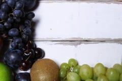 Frutti su una tavola di legno Immagini Stock Libere da Diritti
