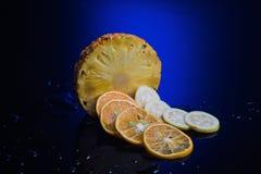 Frutti tropicali con il fondo di colore Immagini Stock Libere da Diritti