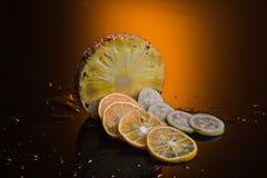 Frutti tropicali con il fondo di colore Fotografie Stock