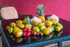 Frutti tropicali sulla tavola con la riflessione Fotografia Stock