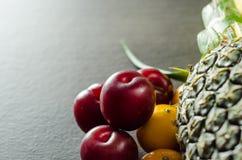 Frutti variopinti sulla Tabella Immagine Stock
