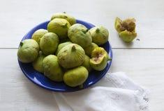 Frutti verdi dei fichi sul piatto blu fotografia stock