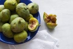 Frutti verdi dei fichi sul piatto blu fotografia stock libera da diritti