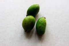 Frutti verdi di feijoa su fondo bianco fotografia stock