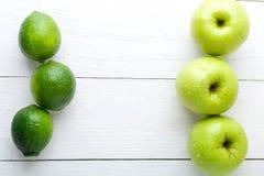 Frutti verdi su fondo di legno bianco Apple, calce detox Alimento sano Vista superiore Copi lo spazio Fotografie Stock