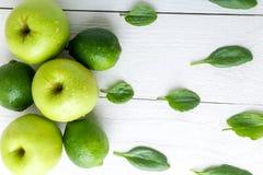 Frutti verdi su fondo di legno bianco Apple, calce, spinaci detox Alimento sano Vista superiore Copi lo spazio Fotografia Stock Libera da Diritti