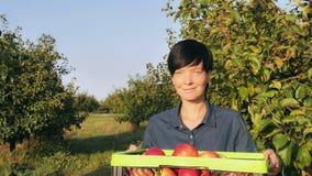 Frutticoltore femminile del ritratto all'aperto fotografie stock libere da diritti
