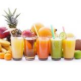 Fruttifica i frullati, macro di vista superiore delle bevande fresche dell'estate Fotografia Stock