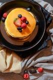 Fruttifica i pancake su una pentola Immagini Stock