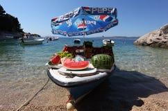 Fruttifica la barca del fornitore nel Croatia immagini stock