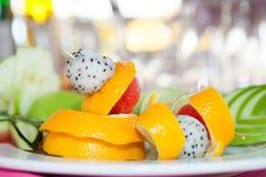 Fruttifichi per la guarnizione del cocktail, piatto del partito della frutta fresca fotografie stock