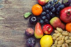 Fruttifichi su una superficie di legno, vista superiore Accumulazione della frutta Immagine Stock Libera da Diritti