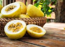 Frutto della passione in canestro di bambù Frutta tropicale Gusto acido e ciao vitamina fotografia stock libera da diritti