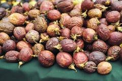 Frutto della passione rosso in un mucchio al mercato degli agricoltori immagine stock