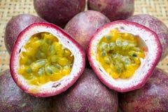 Frutto della passione sul di legno Immagini Stock Libere da Diritti