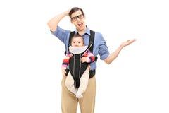 Förvirrad fader som bär hans dotter Arkivfoton