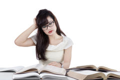 Förvirrad student som läser många böcker 2 Royaltyfri Foto