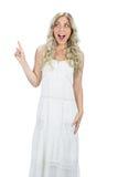 Förvånad attraktiv modell i vitt posera för klänning Royaltyfri Foto