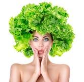 Förvånad flicka med den gröna grönsallatfrisyren Royaltyfri Fotografi