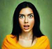 Förvånad framsida av den häpna chockade kvinnan Arkivfoto