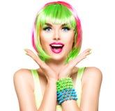 Förvånad skönhetmodellflicka med färgrikt färgat hår Royaltyfri Fotografi