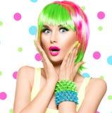 Förvånad skönhetmodellflicka med färgrikt färgat hår Arkivbilder