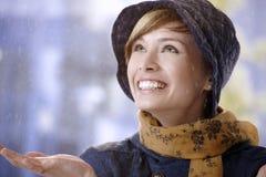 Förvånad ung kvinna i regn Fotografering för Bildbyråer