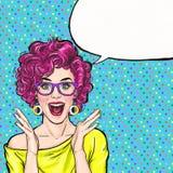 Förvånad ung sexig kvinna i exponeringsglas som ropar eller skriker annonsering av affischen Komisk kvinna Skvallerflicka, Royaltyfri Foto