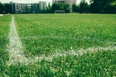 Fryazino, Rusland - 06 14 2018: voetbalgebied, groen die gazon met een lijn met witte verf wordt getrokken royalty-vrije stock foto's