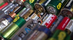 Fryazino, Russia - 06 21 2018: un mazzo di batterie utilizzate, eliminazione del concetto dei rifiuti pericolosi immagine stock