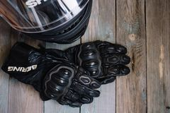 Fryazino, Russie - 06 18 2018 : accessoires de cavalier de moto casque et gants sur la table en bois, vue supérieure photos libres de droits