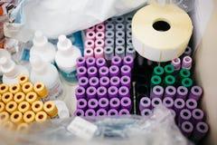 Fryazino, Russie - 06 11 2018 : tubes multicolores de sang, plâtre, pots dans le tiroir de la table de centre médical photos stock