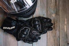 Fryazino, Russland - 06 18 2018: Motorradreiterzusätze Sturzhelm und Handschuhe auf Holztisch, Draufsicht lizenzfreie stockfotos