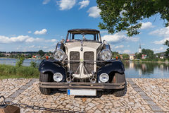 FRYDAVA Tjeckien - 18 Juli 2017 Bugatti Beauford bil på stenvägen i willagen Frydava, södra Bohemia Lyxig historica Royaltyfri Bild