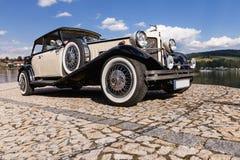 FRYDAVA Tjeckien - 18 Juli 2017 Bugatti Beauford bil på stenvägen i willagen Frydava, södra Bohemia Lyxig historica Arkivbild