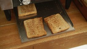 Fryed-Brot im Toaster stock footage