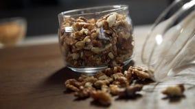 Fryed-Walnüsse am Küchentisch, an den Nüssen und an den Trockenfrüchten, Diätproduktee, zu Hause kochend stock video