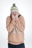 Man med att frysa för lock och för scarf Arkivfoton