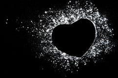 Frysningrörelse av vitt pulver på svart mörk bakgrund Arkivfoto