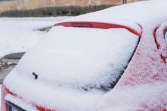 Fryst bakre fönster av bilen som täckas med is och snö på en vinterdag royaltyfria foton