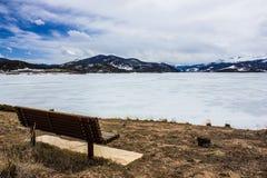 Fryst bara extremt scenisk och fridfull sjö Dillon i den tidiga våren, Colorado, USA royaltyfri foto