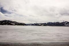 Fryst bara extremt scenisk och fridfull sjö Dillon i den tidiga våren, Colorado, USA royaltyfria bilder
