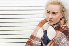 Fryst kvinnablondin slitage vit vinter för härlig stående för begreppsklänningflicka Royaltyfri Bild