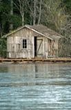 fryst lake för kabin fiske Arkivfoton