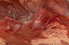 Fryst ny nötköttlever i kvarter, textur av djupfryst lever royaltyfria bilder