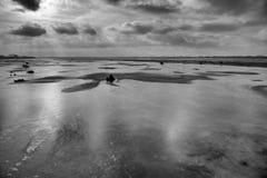 Fryst is-täckt sjö och dramatiska moln Royaltyfri Fotografi