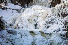 Fryst tiered vattenfall som täckas i härliga isbildande royaltyfria bilder