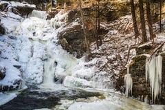 Fryst tiered vattenfall som täckas i härliga isbildande fotografering för bildbyråer