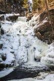 Fryst tiered vattenfall som täckas i härliga isbildande, stående arkivfoton