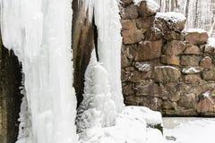 Fryst vatten, djupfryst vattenfall Vinter i Ukraina royaltyfri bild